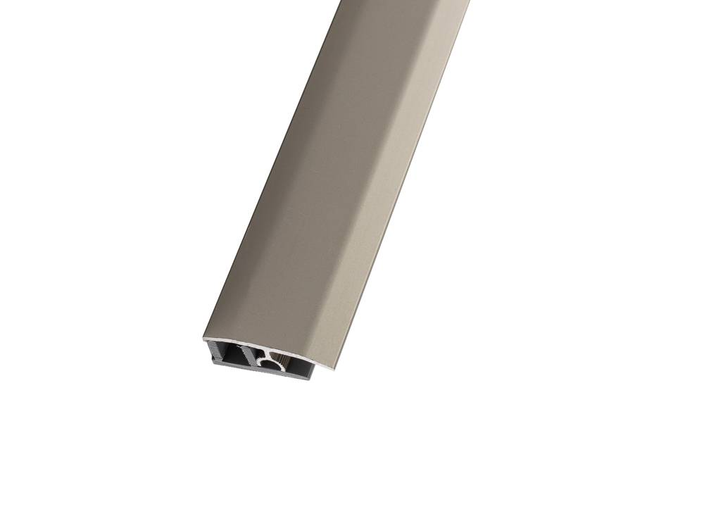 С цвят сребро преходната лайсна с клик-профил е подходяща за свързване на ламинат и паркет с еднаква височина.