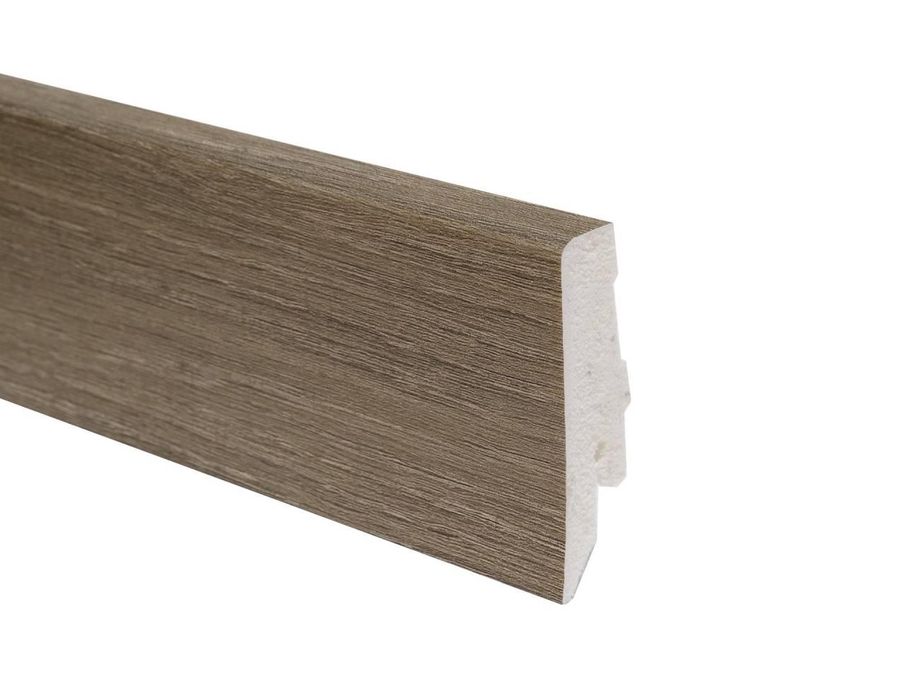 PVC подов перваз L015 с кабелен канал и височина 58 мм, подходящ за винилова настилка в сиво-кафяв цвят. Дължина 2.4 м.