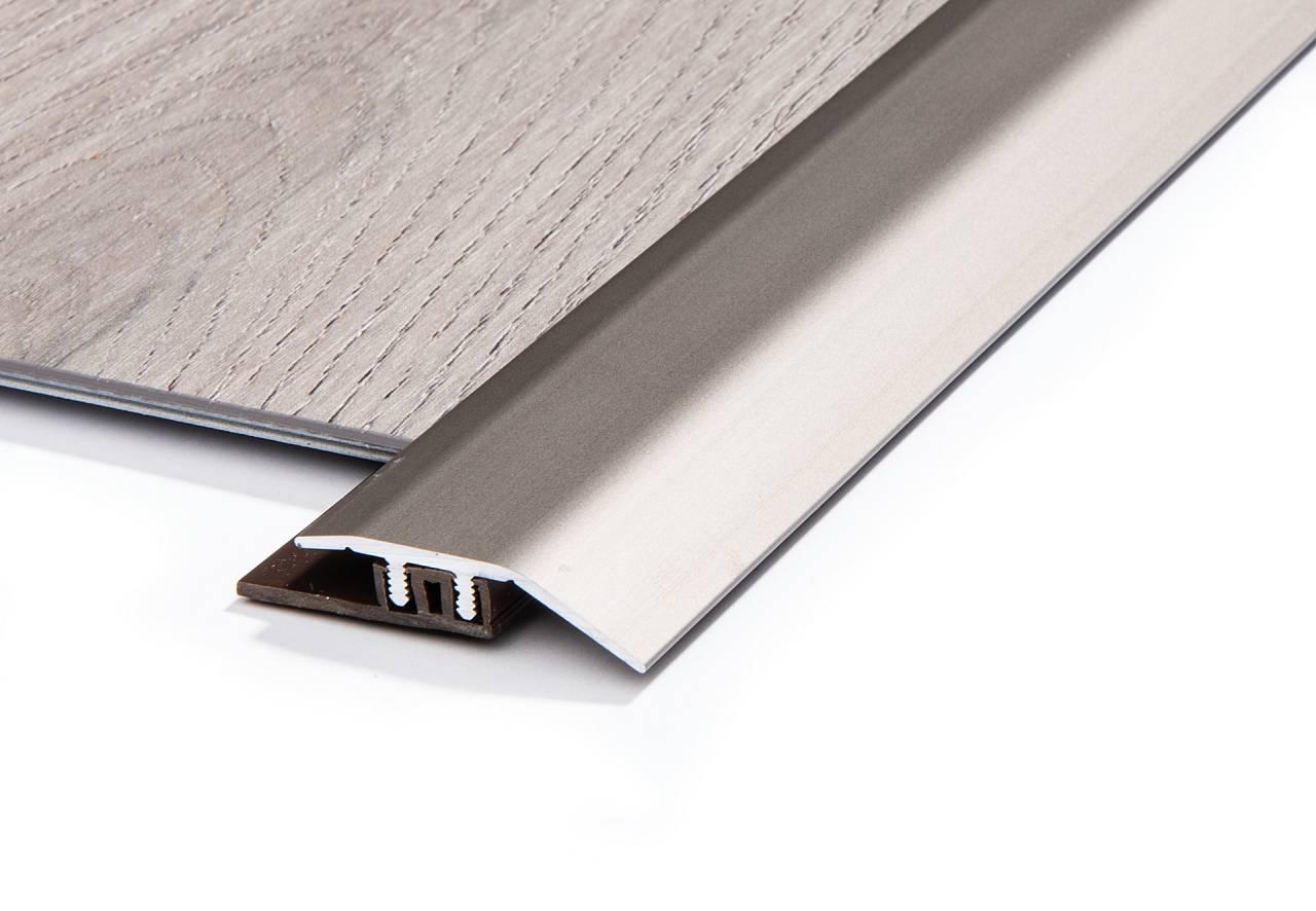 Рамповата лайсна с цвят сребро е подходящa за плавно свързване на винил. Компенсира дeвиация до 7,5 мм.