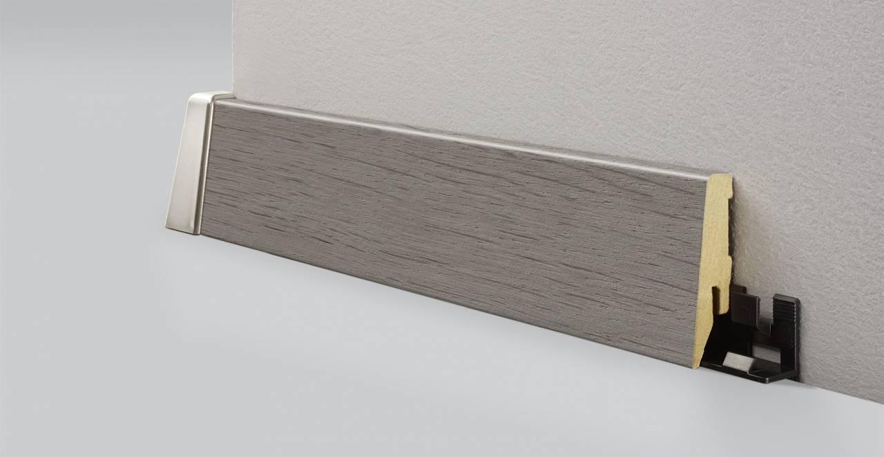 MDF подов перваз Z085 с кабелен канал и височина 58 мм., идеален в съчетание с декора K228 Anvil Oak от MyStyle®.